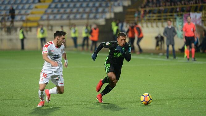 Machís inicia una carrera conduciendo el esférico durante el partido ante la Cultural Leonesa de la primera vuelta.