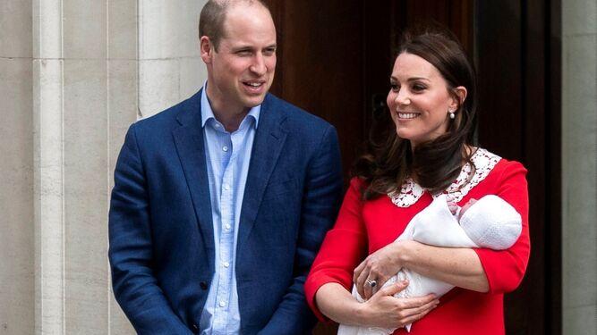 Guillermo y Catalina, a la salida del hospital con su bebé.
