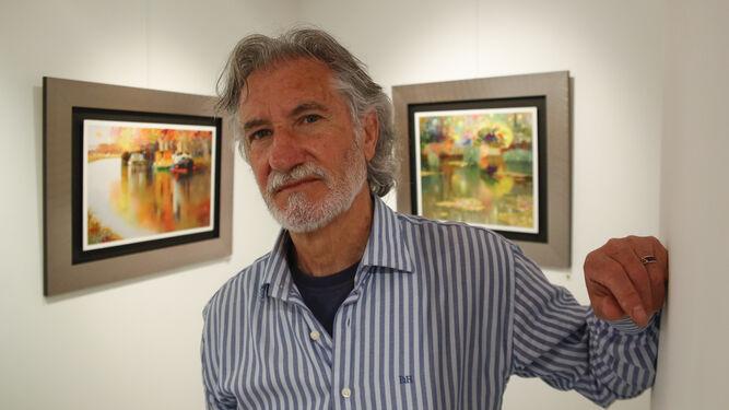 El autor de la exposición, titulada 'Cruce de caminos', posa junto a sus obras.