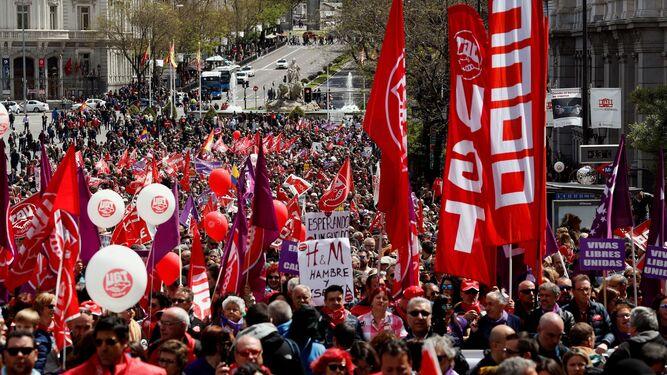 Panorámica de la manifestación de ayer, en la que se coló el morado del movimiento feminista.