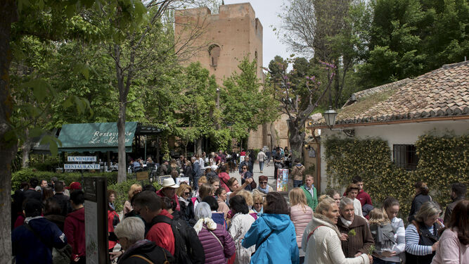 El frío 'estropeó' un poco la visita de los turistas nacionales y extranjeros a la Alhambra en el festivo del Primero de Mayo.
