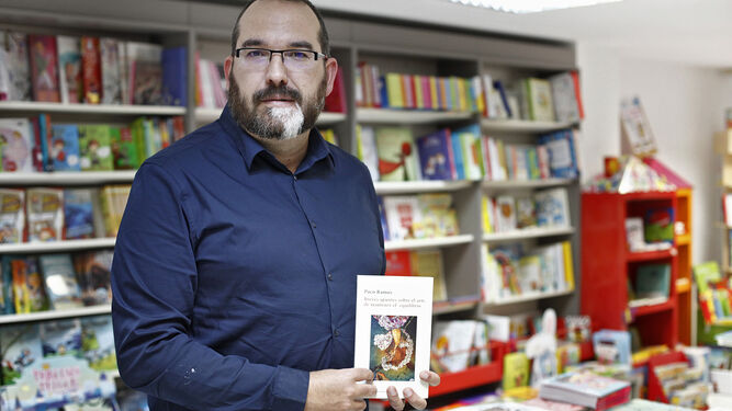 El escritor gaditano posa junto a su nuevo libro, 'Apuntes sobre el arte de mantener el equilibrio'.
