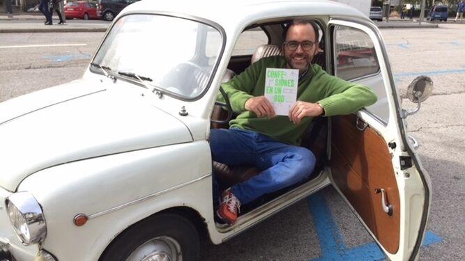Jorge Todolí, con su libro a bordo del Seiscientos.