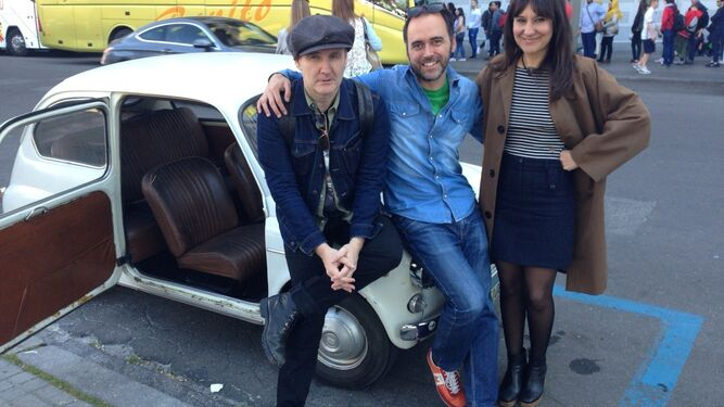 Juan Aguirre y Eva Amaral posan con Todolí ante el coche.