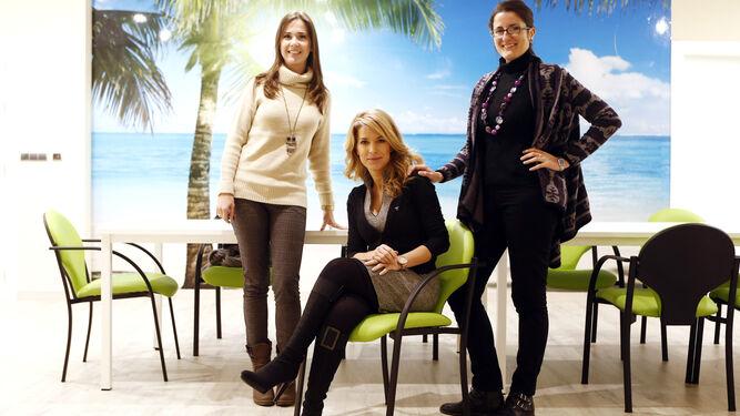El equipo de psicólogas de la asociación en su sede, en el barrio de Monachil.