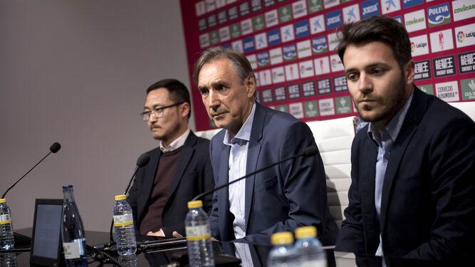 Portugal escucha una pregunta acompañado por Kangning Wang y Fran Sánchez.
