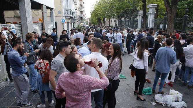 Los jóvenes invadieron varias calles del casco histórico con sus botellas de alcohol pese a las restricciones.