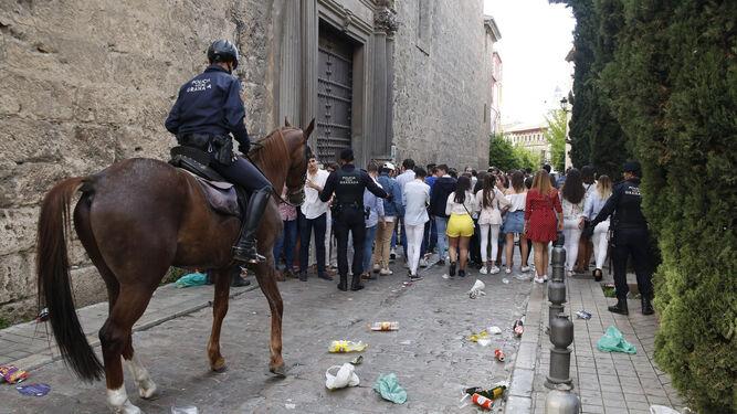 La resaca  de las Cruces172 jóvenes multados y 400 llamadas a la Policía