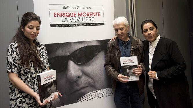 Soleá Morente, el autor de la biografía y Aurora Carbonell, la viuda del flamenco.