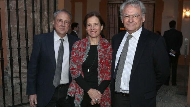 Los galeristas Rafael Ortiz y Rosalía Benítez con el pintor Juan Suárez.