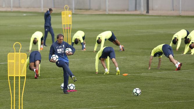 Miguel Ángel Portugal prepara los balones con los que entrenó el Granada ayer.