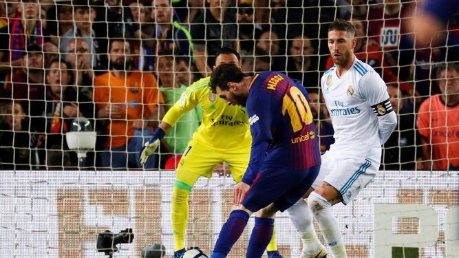 Leo Messi remata de rosca con la pierna izquierda para ponérsela imposible a Keylor Navas y anotar el 2-1 ante el madridista Sergio Ramos.