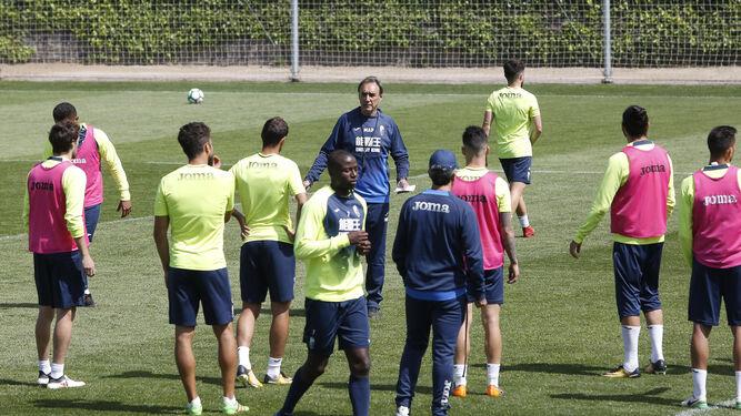 Miguel Ángel Portugal se dirige a sus jugadores durante el entrenamiento del sábado.