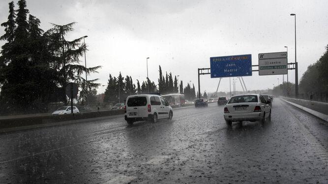 Contenedores flotando, inundaciones y calles anegadas, secuelas de la lluvia