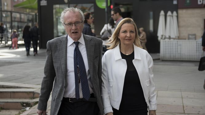 Victoria Chamorro y Fabio Barcelona, su abogado, cuando acudieron a declarar ante el juez instructor.