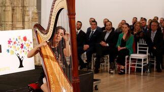 Cristina Montes ofreció un recital con su arpa que cautivó a los asistentes.