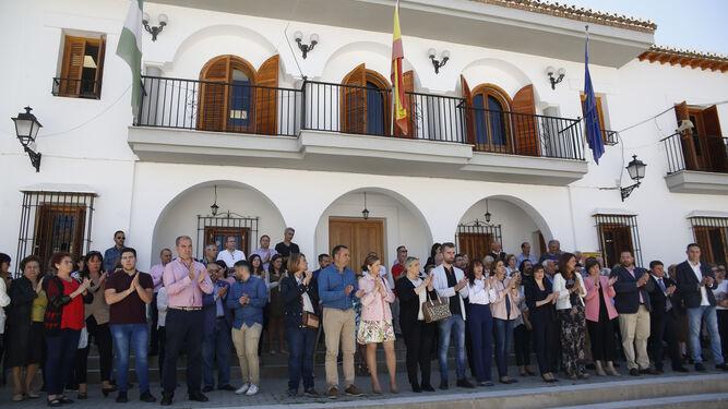 Vecinos de Las Gabias y representantes institucionales guardaron un minuto de silencio frente al Ayuntamiento.