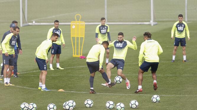 Varios jugadores del Granada participan en un rondo durante uno de los entrenamientos dirigidos por Portugal.