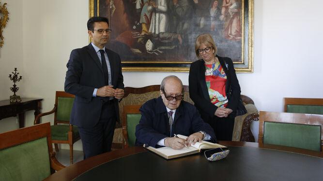 El poeta barcelonés firma el libro de honor de la ciudad acompañado del alcalde, Francisco Cuenca, y la concejal de Cultura, María de Leyva.