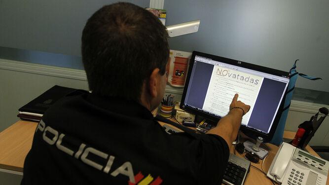 Un agente de la Policía Nacional muestra el decálogo contra las novatadas.
