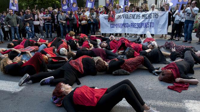 Las asistentes, vestidas de negro y con un pañuelo rojo, realizaron una performance que emulaba a las asesinadas.