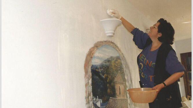 La exparlamentaria nacida en Padul en el año 1947, pintando un trampantojo en una foto reciente.