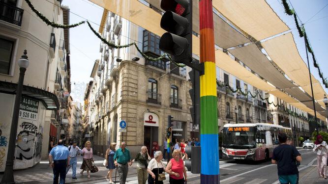 Semáforo arcoíris antes de su eliminación en Calle Gran Vía de Granada.