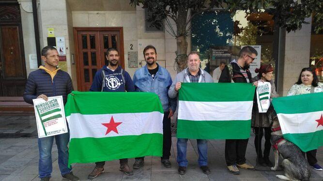 Óscar Reina (tercero por la izquierda) junto a compañeros del SAT esta mañana en Granada
