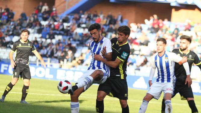 37a6f4977f35f Un jugador del Recreativo de Huelva controla el balón en el partido de este  sábado ...