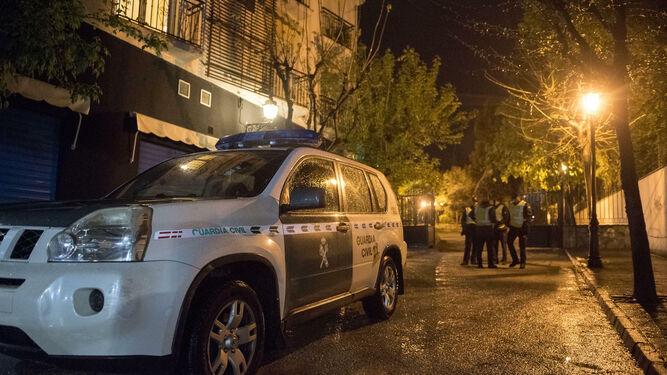 La Guardia Civil, ayer, tras el tiroteo de La Zubia.