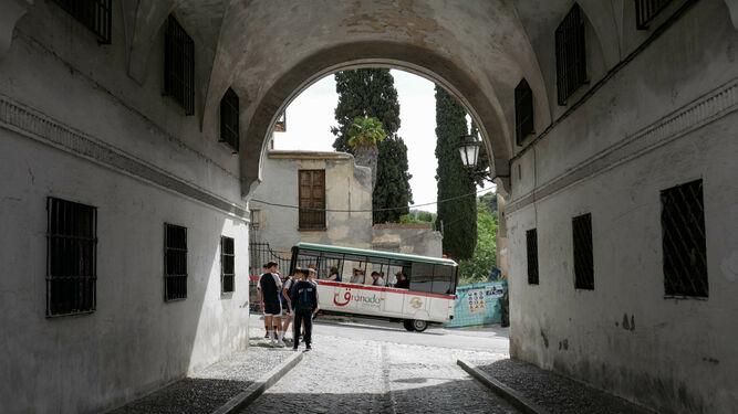 El tren turístico pasa por delante del anteriormente llamado Arco de San Juan de los Reyes