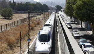 Un AVE con origen Madrid se aproxima a la Estación de Granada