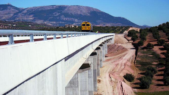 Uno de los viaductos del AVE en Tocón, donde se replanteará un puesto de banalización