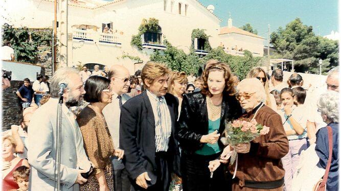 Con el alcalde de Fuentevaqueros, Tica Fernández Montesina, María Dalí y Juan de Loxa.