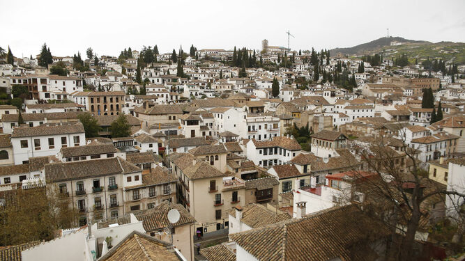 En Granada viven 232.000 habitantes aproximadamente según el último padrón mientras que en el año 1330 la población era de 150.000 personas.