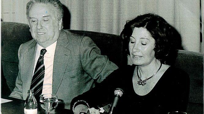 Con el editor Juan Manuel de Lara cuando fue finalista del Premio Planeta.