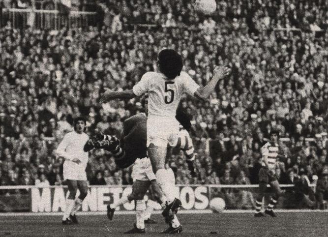 Benito despeja un balón en pugna con Lorenzo.