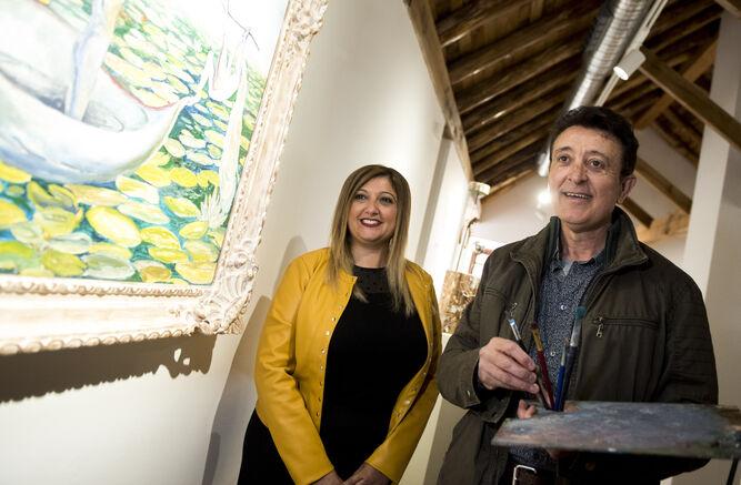 La alcaldesa de Armilla,  Loli Cañavate, y el cantante posan junto a 'Día feliz'.