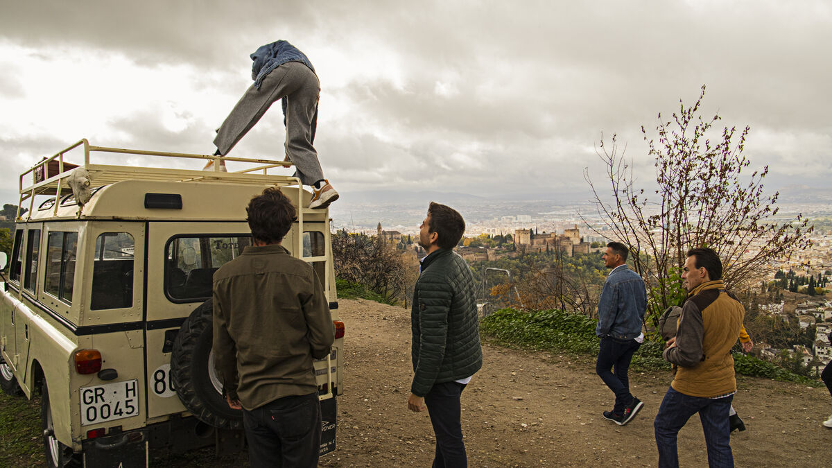 Tótem: 'rutas socráticas' por la Granada clásica a bordo de un Land Rover - Granada Hoy