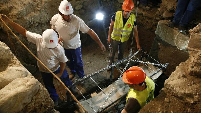 Trabajos de extracción del sarcófago.