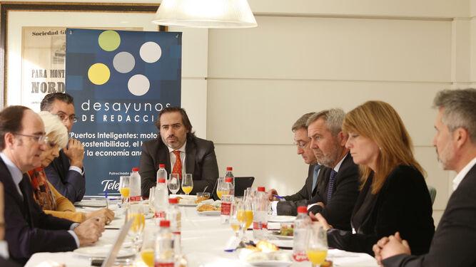 Los participantes en el desayuno de redacción debatiendo sobre los puertos de Andalucía.