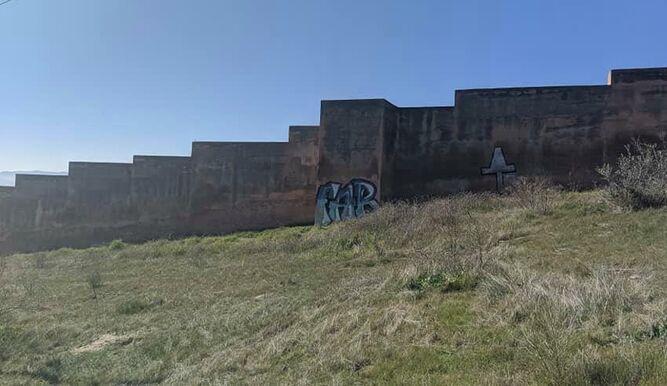 Tramo de muralla pintado.