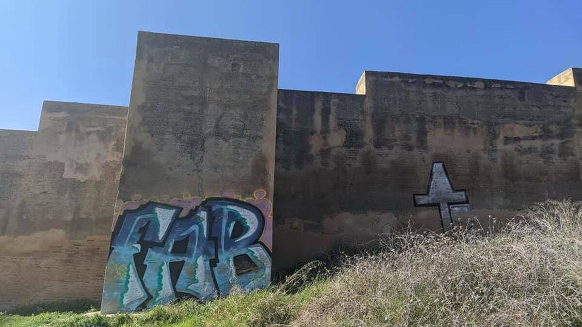 La muralla nazarí de Granada amanece pintada de grafitis