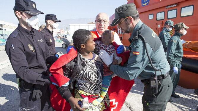 Agentes de la Policía Nacional y la Guardia Civil en una recepción de inmigrantes en Motril.