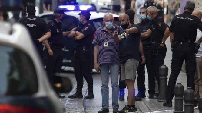 La calle Cárcel Baja, plagada de agentes de la Policía Nacional, tras el incidente del pasado martes en el entorno de la Catedral.