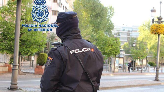 Un agente de la Policía Nacional de Granada.