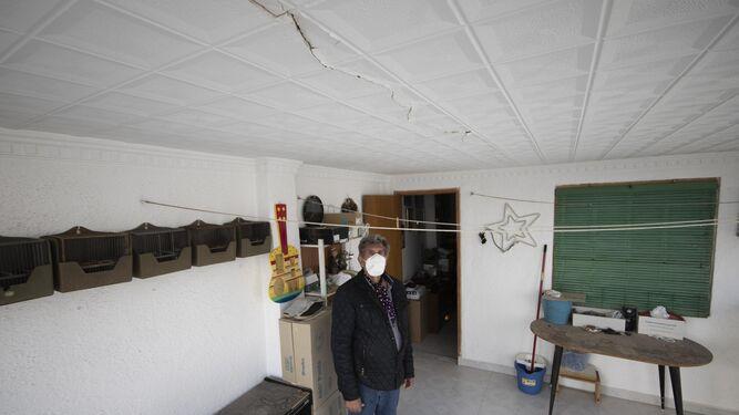 Un hombre muestra grietas en su casa de Santa Fe tras un seísmo intenso