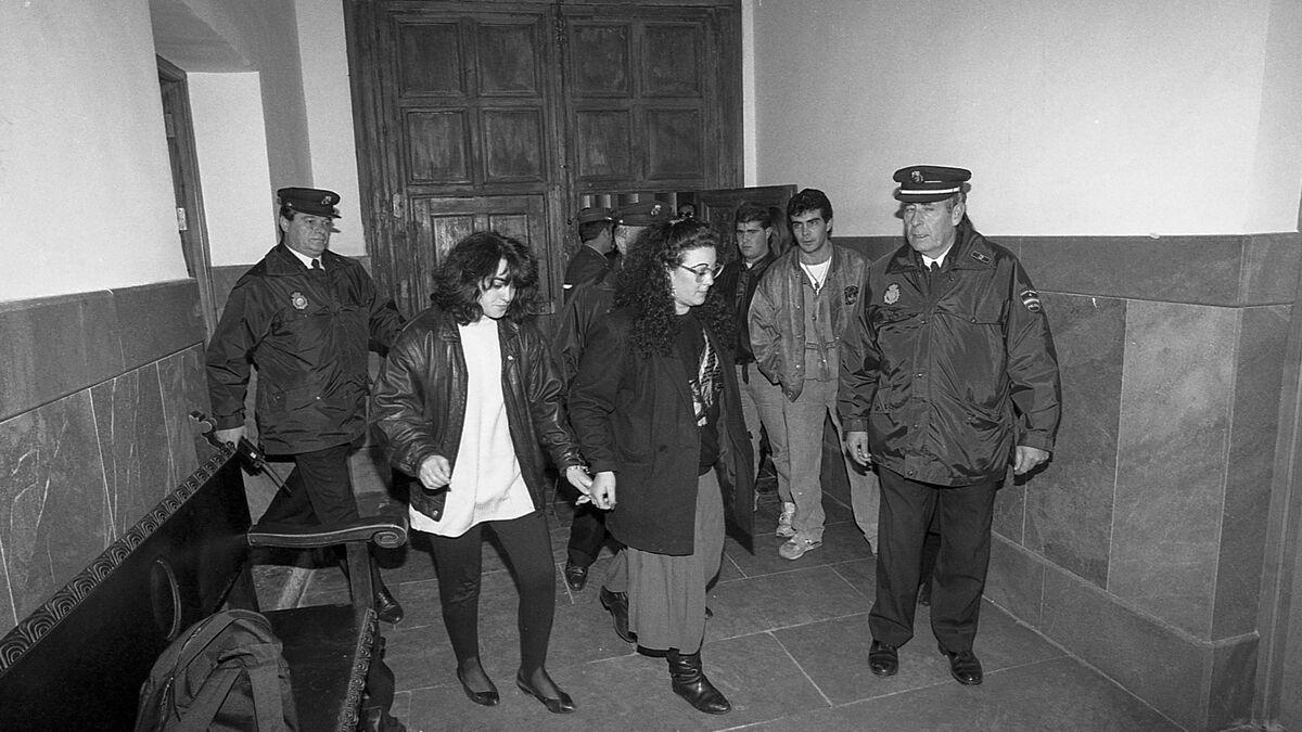 Dos de las acusadas escoltadas por la Guardia Civil