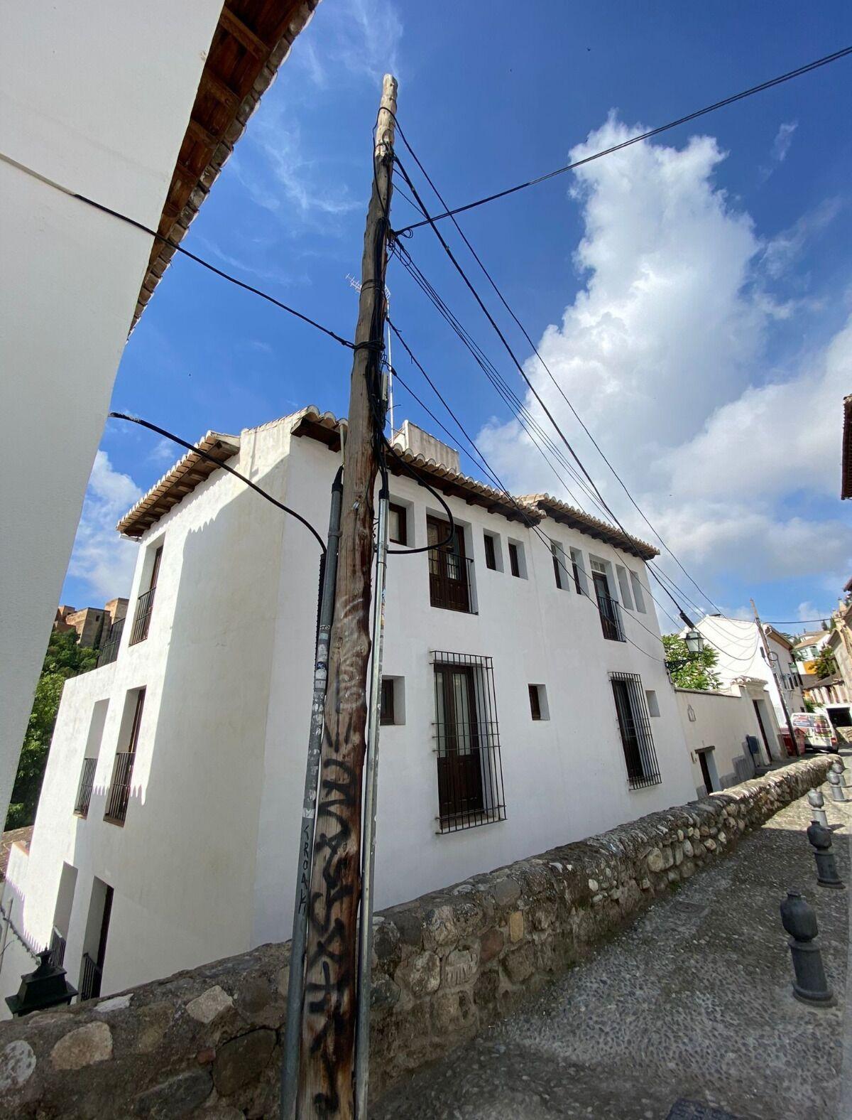 El poste de madera que deja una imagen propia de un barrio Patrimonio de la Humanidad