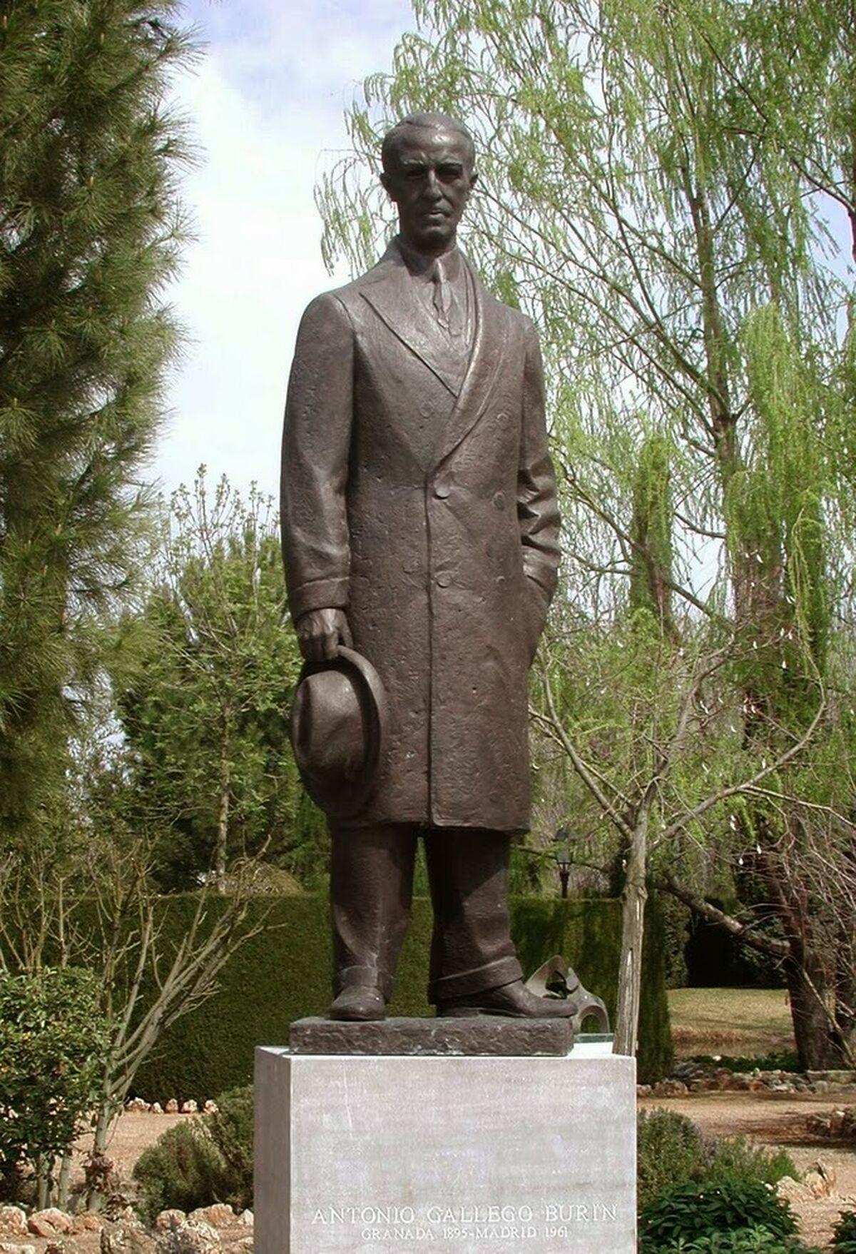 La estatua de Gallego Burín está en los jardines del taller de Miguel Moreno.